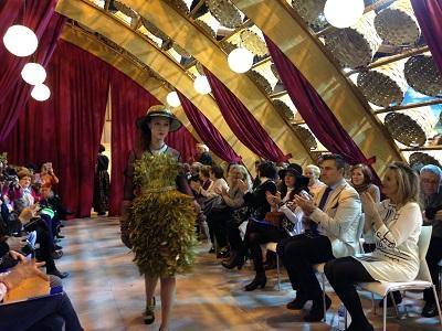 Elisa por Cristina García; Vainas de guisante para el vestido. Puerro para el cinturón. Y hojas de laurel para el sombrero.
